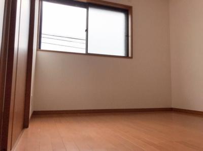 2階の4.5帖の洋室です♪写真左手の扉から8帖の洋室に抜けられます♪
