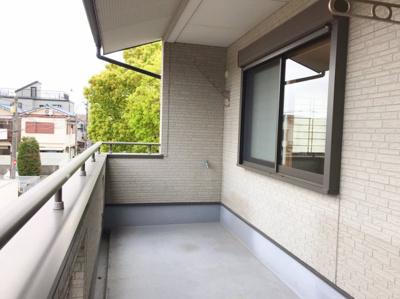 バルコニーには屋根がかかっており急な雨でも安心です♪幅も奥行もあり広いバルコニーです♪