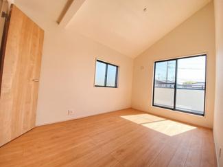 全室2面採光で明るい。主寝室は8.25帖になっていてWICを備えているので収納力の高い居室です。子供部屋にも活用しやすい6帖居室も2部屋確保しています。
