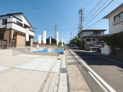 見通しの良い前面道路。5.9m幅の一方方向道路に面しています。