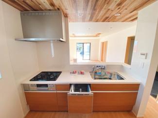 食洗機付きキッチン。リビング全体が見渡せる対面式カウンター仕様で家族のコミュニケーションもしっかり取れます。シンプルながらもお手入れしやすく、いつでも清潔なキッチンが保てます。