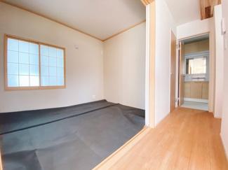 シートが書かていますがLDKと一体活用が可能な和室6帖も備えています。開放すると23帖の空間が広がります。収納スペースがあるのでとても便利ですよ!