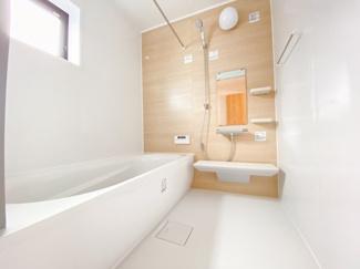 落ちついた色合いの浴室は半身浴も出来て一日の疲れをリフレッシュするのによいですね。窓からの採光もしっかりあって湿気対策もばっちり。毎日のバスタイムを気持ちよく満喫できますね。