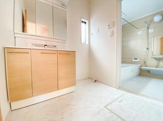 2カラーの洗面室は落ち着いた色合いで清潔感がありますね!三面鏡になっているので収納している物を埃から守ってくれてお手入れも楽々です。窓からの採光もあり明るい空間になっています。
