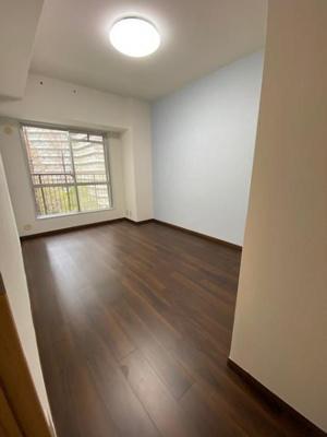 洋室(6.3帖)です。 北向きバルコニーに出る事が出来るお部屋で採光もたっぷり入る明るいお部屋です♪