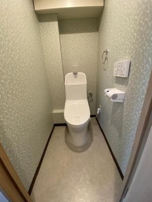 壁付けリモコンの温水洗浄便座完備です。一体型ですとお掃除もしやすいので、清潔にお使いいただく事ができますね♪