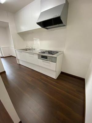 新調し立ての白を基調とした清潔感のあるキッチンですね♪ 白だと、圧迫感が無く広く見せてくれますね♪3口コンロで調理効率もよいですよ♪