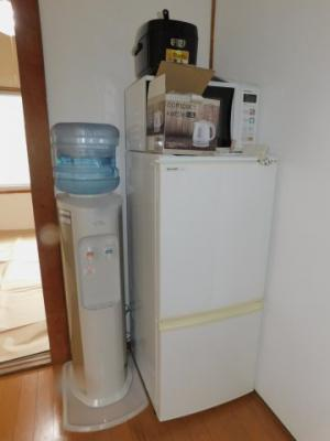 写真に写っている物(冷蔵庫・電子レンジ等)は、サービス品になります。