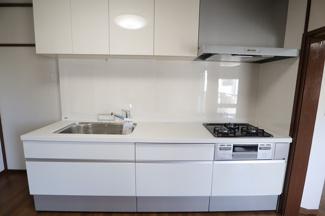 高洲二丁目住宅 新規交換済みお手入れがしやすいシステムキッチンとなっております。
