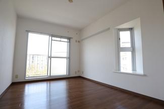 高洲二丁目住宅 6帖収納付きの洋室となっております!