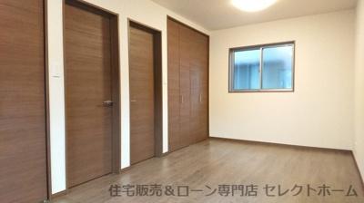 府中市広谷町:新築住宅 2階洋室 ドアが2ヶ所に取り付けられていますので、お子様の成長や用途に合わせて、壁や収納家具等で2部屋にしたり、1部屋の広い空間として利用したりと自在に変えることができます。