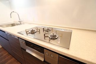 【キッチン】皿や調理道具を並べて効率よく調理ができるカウンタートップ。
