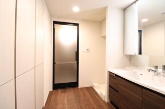 【洗面所】大きな鏡と収納で水回りスッキリ♪