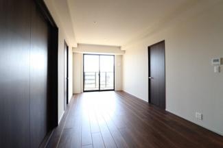 【洋室】大きな窓があり陽当たり・通風良好◎また、ダークブラウンのウォールで落ち着きのある空間となっています。