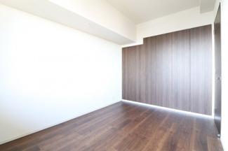 【洋室】陽当たり◎ブラウンウッド調の壁がオシャレです。