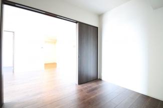 【洋室】大きな窓があり、たくさん陽が差し込みお部屋の中もとても明るいです!