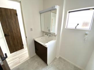 建具や洗面台のカラーをダークブラウンで統一しております。