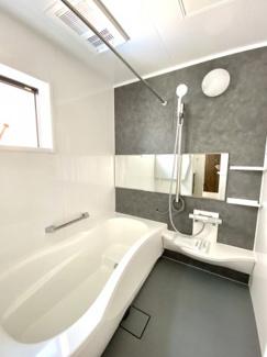 お風呂のアクセントパネルと床の色を合わせました。 一日の疲れを癒すのにピッタリです!