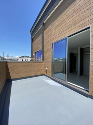 バルコニーから窓を望む写真です。