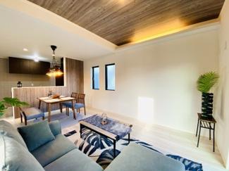 リビング部分は高天井とアクセントクロスを採用しております。高級感のある色合いもあって素敵な空間演出となりました。家具の配置や配色も合わせやすいので楽しみながら彩った生活を送ってください。