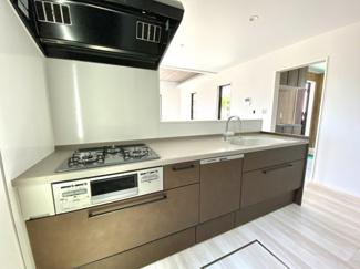 使いやすく、落ち着いたキッチンです。 食器洗い機も完備しております。