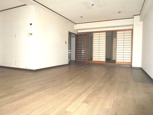 リビングはゆとりのあるL型 大きめの家具の配置やコーディネート次第で優雅な空間に!