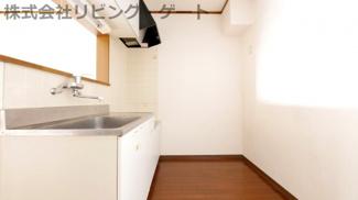 しっかりキッチンの幅があるのでキャビネットを置いても窮屈じゃないですよ。