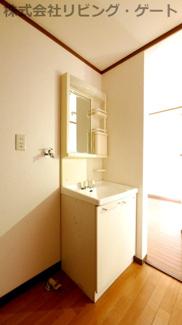 あると嬉しい独立洗面台です。エアコン同様に入居が決まり次第新品に交換です。
