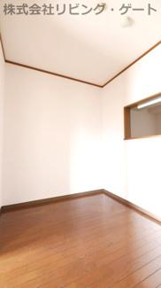 DK隣接の洋室。全室フローリング仕上げ。掃除が楽ですね。