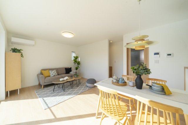 白ガルバに木目調のドアが映える玄関