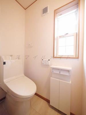 うれしい窓付きのトイレです