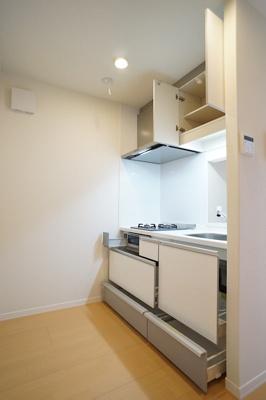 収納たっぷりなキッチンには2口ガスコンロ、グリル付♪