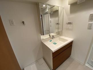 スマータス幕張本郷 三面鏡独立洗面台です