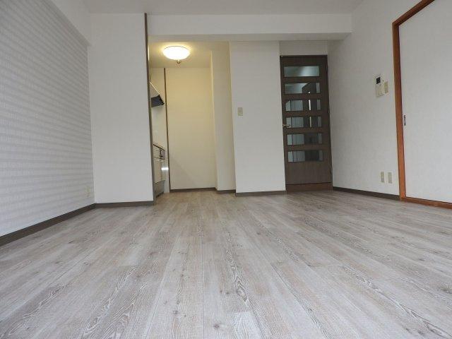 オール電化住宅なので住まいの給付金が使えますよ♪ 約12.5帖のリビングは、壁付タイプのキッチンで空間をいっそう広く! ご家族に合わせてインテリアを考えるのが楽しくなりますね!