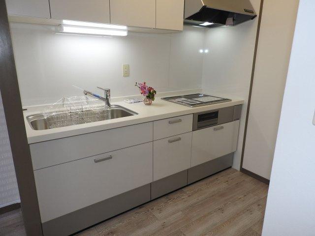 バルコニーに面した明るいリビング♪壁付タイプのキッチンは無駄な空間が無く、食器類の持ち運びもスムーズです♪