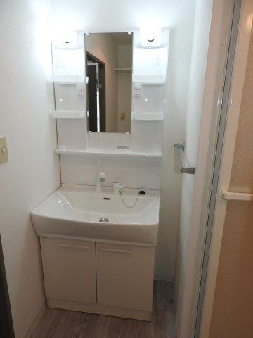 洗面スペースは意外に収納アイテムが多い場所なので、空間を活かして洗濯機の上部などに収納棚を取り付けるとすっきりまとまります