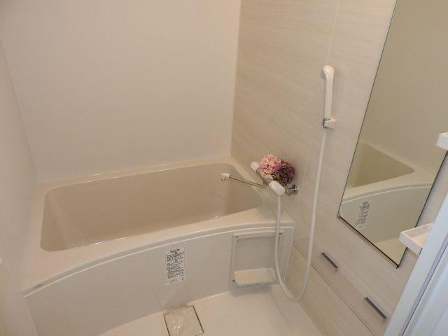 バスルームは白をチョイスして、広さが感じられる空間になりました。