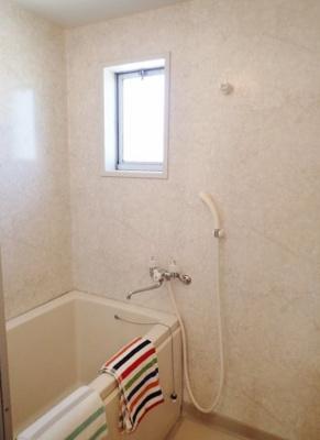 清潔感のある浴室です♪ゆったりお風呂に浸かって一日の疲れもすっきりリフレッシュできますね☆小窓があるので湿気がこもりにくくて良いですね☆