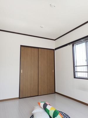 収納スペースのある南向き洋室5.4帖のお部屋です!荷物をたっぷり収納できてお部屋がすっきり片付きます☆