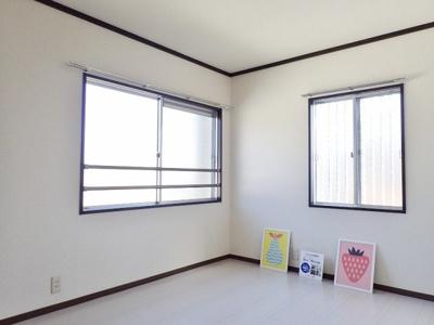 浴室側にある角部屋二面採光洋室5.4帖のお部屋です♪ベッドを置いて寝室にするのもオススメです☆