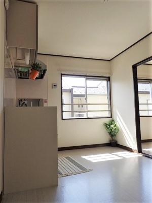 南向き5.8帖のキッチンスペースは陽当たり良好♪換気のできる窓付きでお料理の匂いもこもりません!
