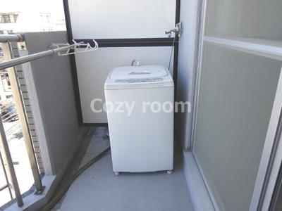 室外洗濯機置き場です(家具は見本です。実際に家具は付きません。)