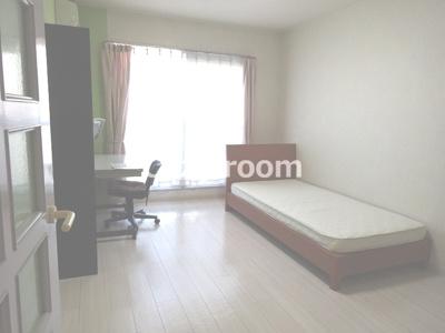 ベッドと机を置いても余裕ある広さです。(家具は見本です。実際に家具は付きません。)