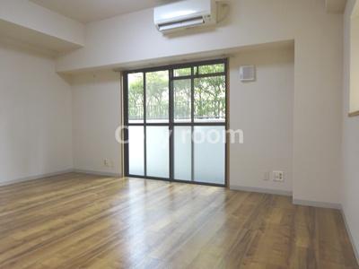 西側バルコニーと北側に出窓があり2面採光で明るいお部屋です。