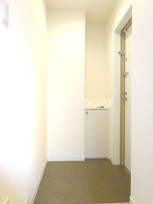 広めで落ち着いた玄関です