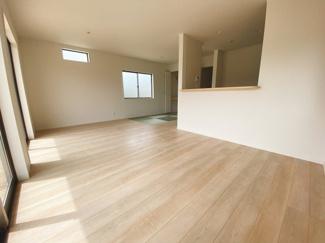 一階は和空間との一体活用で18帖超えの広さを確保しています。2面採光になっているので採光もしっかりあって暖かい空間。家族も集まりやすいですね!