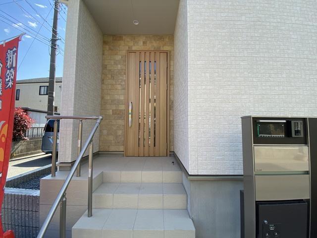 玄関です。保育園から中学校まで徒歩8分以内で通学できますので親御さんは安心です。