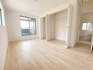 8帖の主寝室に加え、子供部屋に最適な6帖以上の居室×2。全室にCLを備え収納力もあります。シンプルな色合いで家具やカーテンの色柄を選びません。