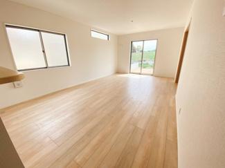 一階は和空間との一体活用で22帖超えの広さを確保しています。2面採光になっているので採光もしっかりあって暖かい空間。家族も集まりやすいですね!