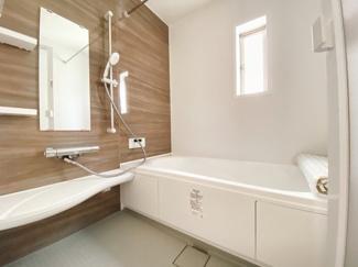 バスユニット1坪タイプ、浴室乾燥機、手すり付き。半身浴の出来る浴槽なので1日の疲れもリフレッシュできます!防カビ抗菌素材なのもうれしいポイント。広々浴室で、毎日のバスタイムが充実しますね